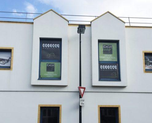 Création visuelle, fabrication et pose d'adhésifs microperforés pour vitres des locaux de Sojibat et DCH à Orvault